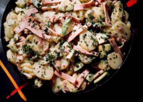 Peynirli patates: Patateslerin kabuklarını soymadan elma şeklinde doğra üzerine biraz peynir rendele. Çok az zeytinyağı gezdirip, fırına ver.  Bu yemek hem karnını doyurur, hem de şişmanlatmaz.  Patates salatasını ayrıca az suda haşlayıp, üzerini peynir ve salam dilimleriyle süsleyerek de yiyebilirsin.  Yağ:11 gram  Kalori: 218